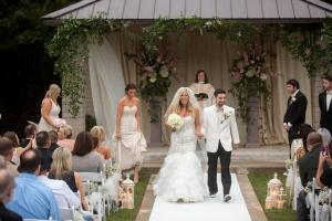 outdoor-wedding-walikng