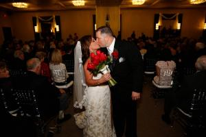 Julie-Glass-wedding-couple-kissing